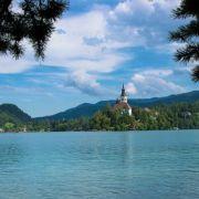 veduta sul lago di bled e sulla chiesa al centro dell'isola