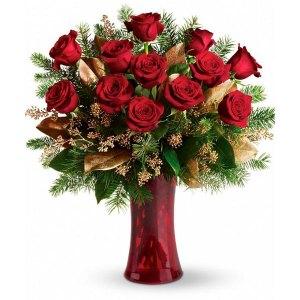 composizione con 12 rose rosse con decori oro pinetti e verde dorato decorativo