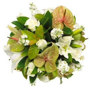 bouquet con anthurium verdi e fiori bianchi