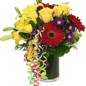 composizione con gerbere rosse rose gialle e lilium gialli con margherite viola