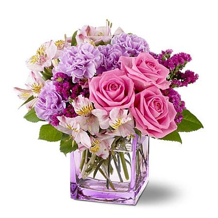 composizione con rose rosa e fiori misti in vaso di vetro