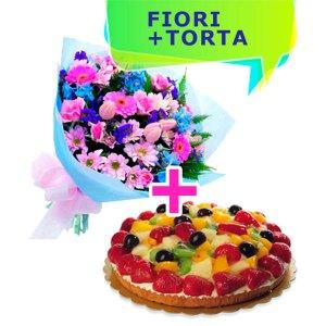 bouquet con fiori misti dai toni del rosa e azzurro e una crostata alla frutta