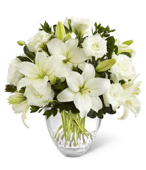 composizione di lilium bianchi e rose bianche
