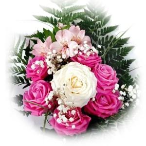 bouquet con rose fucsia, fresie e una rosa bianca al centro