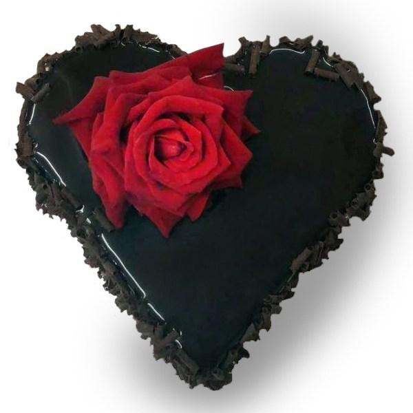 torta passione a forma di cuore con rosa rossa