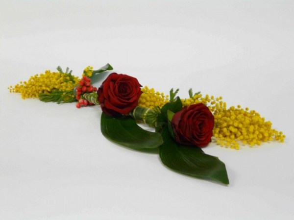 due rose rosse e mimosa