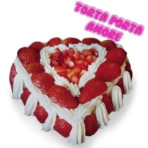 torta a forma di cuore con fragole e panna