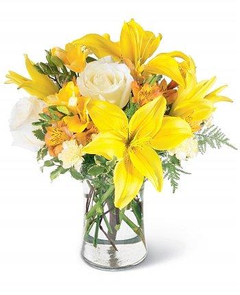 composizione con rose bianche e lilium gialli