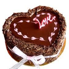 torta a forma di cuore al cioccolato con la scritta love
