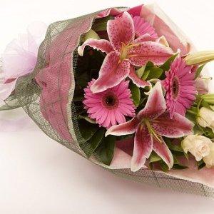 fascio con gerbere rosa e lilium rosa