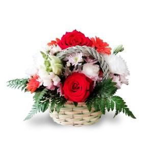 Spedizione a domicilio di cestino con rose rosse e fiori bianchi online