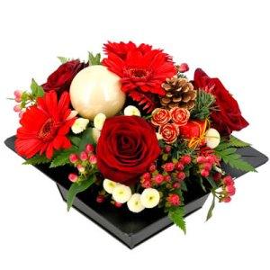 Composizione Natalizia con rose rosse gerbere rosse e decori Natalizi