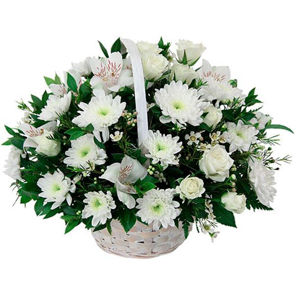 Cestino con fiori bianchi