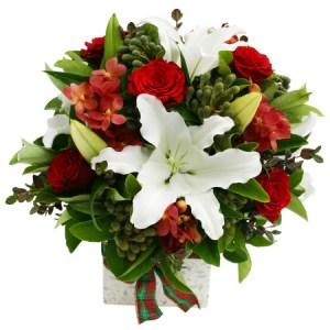 composizione Natalizia con giglio bianco e roselline rosse