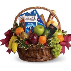cesto regalo con frutta e cioccolata
