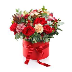Composizione Natalizia con rose rosse e garofanini con verde decorativo