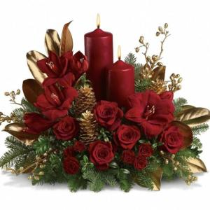 Centrotavola Natalizio con rose rosse e candele rosse