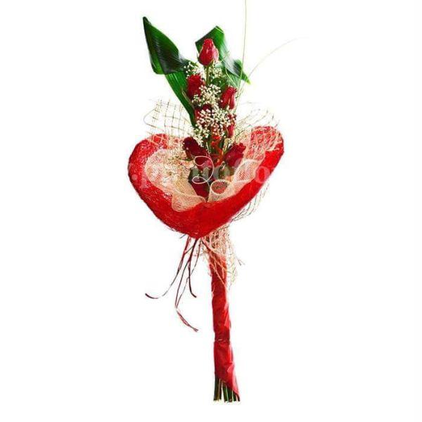 composizione artistica con 7 rose rosse