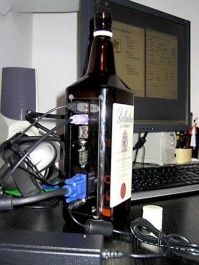 PC dentro de un Whisky Ballantine