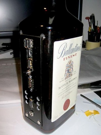 PC dentro de un Whisky Ballantine