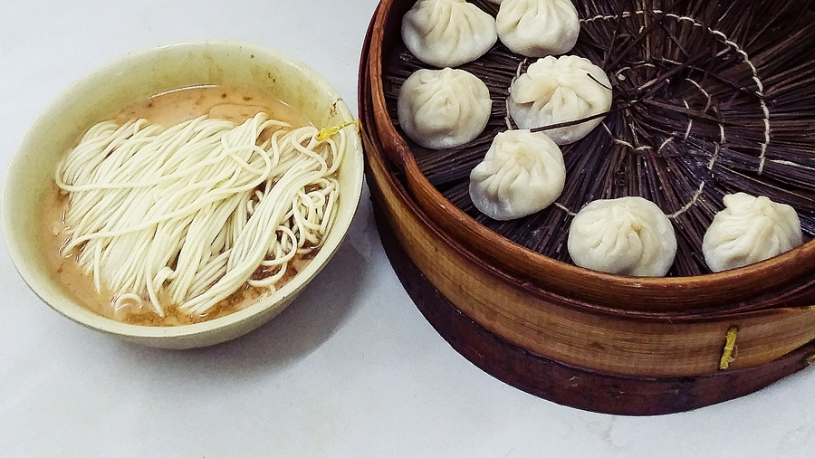 Peanut sesame noodles and Xiao Long Bao at Wan Shou Zhai (万寿斋) in Shanghai.