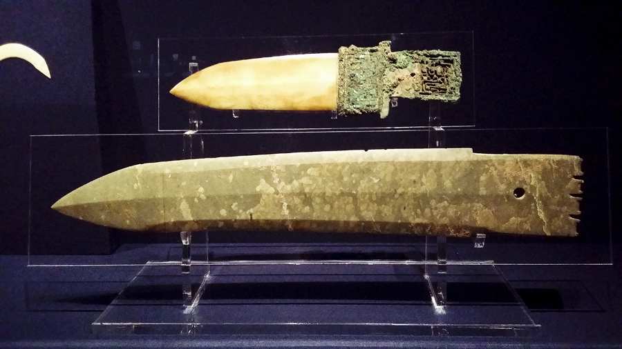 Top: Ge (Halberd) with a turquoise-inlaid bronze haft from the late Shang Dynasty (13th-11th century BC). Bottom: Ge (Halberd) from the late Shang dynasty (13th-11th century BC) at the Shanghai Museum.