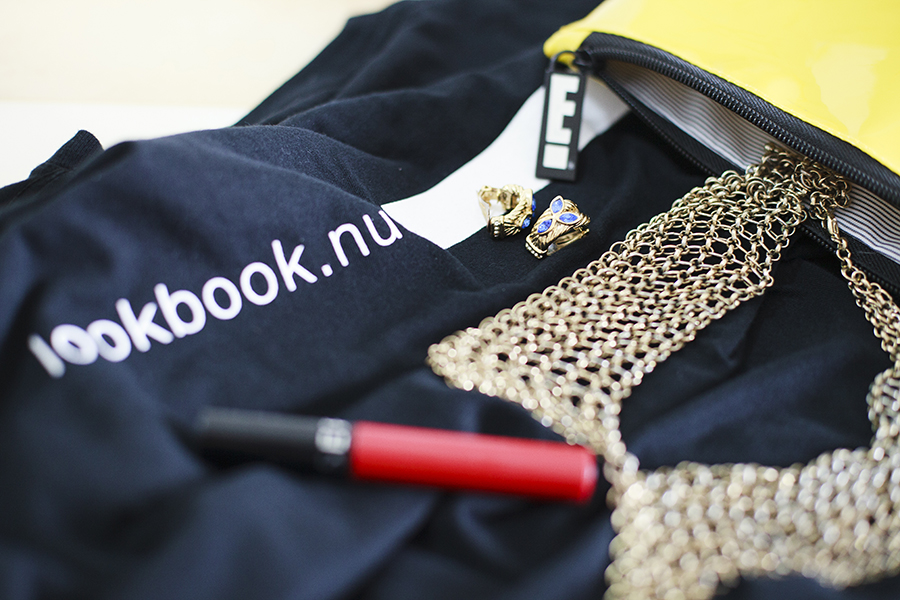 Outfit details: lookbook.nu Hype black t-shirt, sephora bright red lipstick, gold chain collar necklace from Forever 21.