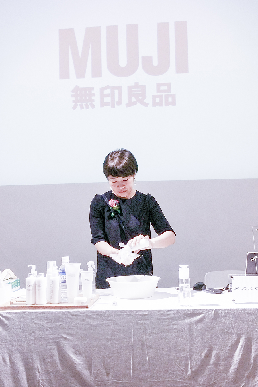Ms Hiroko Miyao demonstrating how to foam up the Sensitive Skin Face Soap with the washing net at the Muji Health and Beauty Workshop at Japan Creative Centre, Singapore.