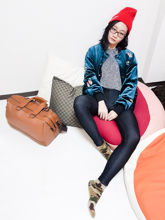 Plane outfit to Tokyo: Forever 21 knit heather grey top, Geb. black leggings, Firmoo red glasses, red beanie, Stance camouflage socks, ALDO travel bag, Gamiss peacock blue velvet embroidered bomber jacket.