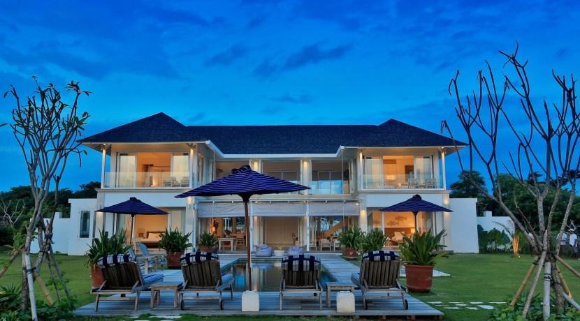 Villa Putih - Pool and Villa at Dusk