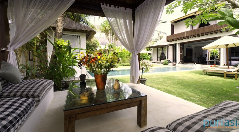 04-Majapahit Beach Villas - Villa Raj - Bale and garden