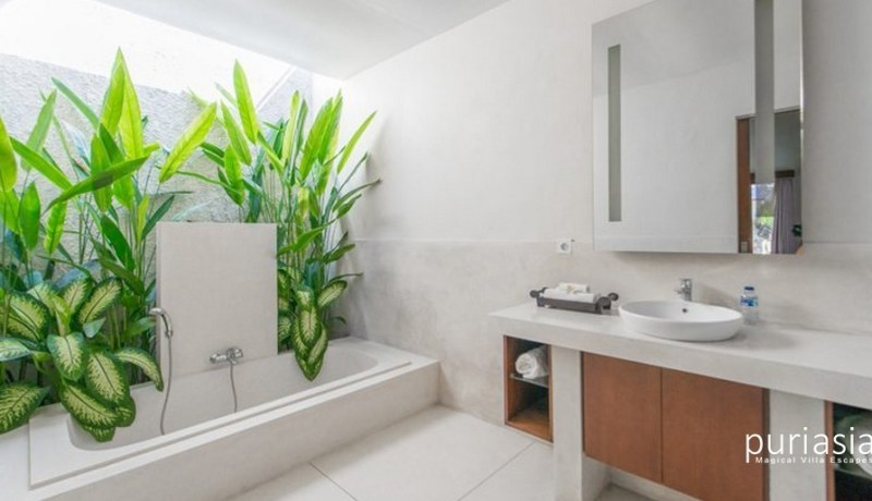 Villa Sam Seminyak - Bathroom and Bathtub