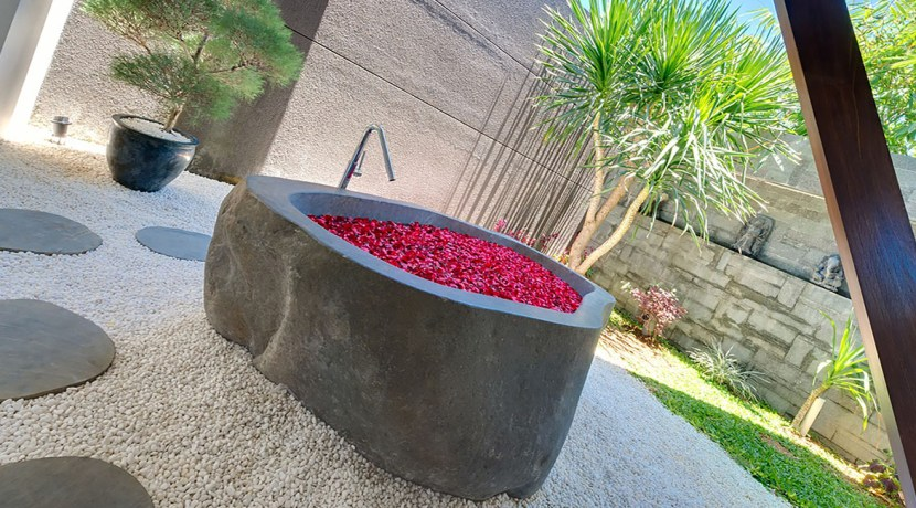 Villa Kailasha_0006_13. The Layar -1 bedroom - Outdoor bath