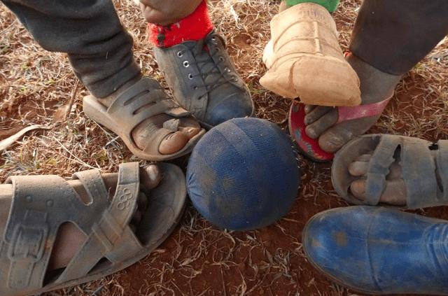 pelota de trapo y zapatos viejos