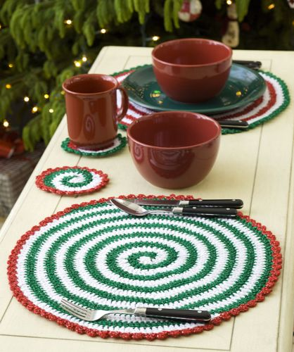 Red Heart HOLIDAY Pinwheel Place Setting and Garland