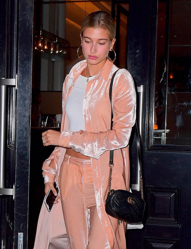 Hailey Baldwin Gucci Marmont Camera Bag - WELKE DESIGNER TASSEN DRAGEN DE HOLLYWOOD STERREN  Dior, Gucci,  Givenchy & Louis vuitton