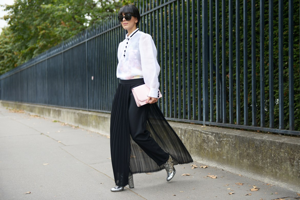 Laura Comolli Streetstyle Paris Fashion Week settembre 2016 indossa total look Carven e stivaletti Gedebe - Gonna pantalone: come indossarla