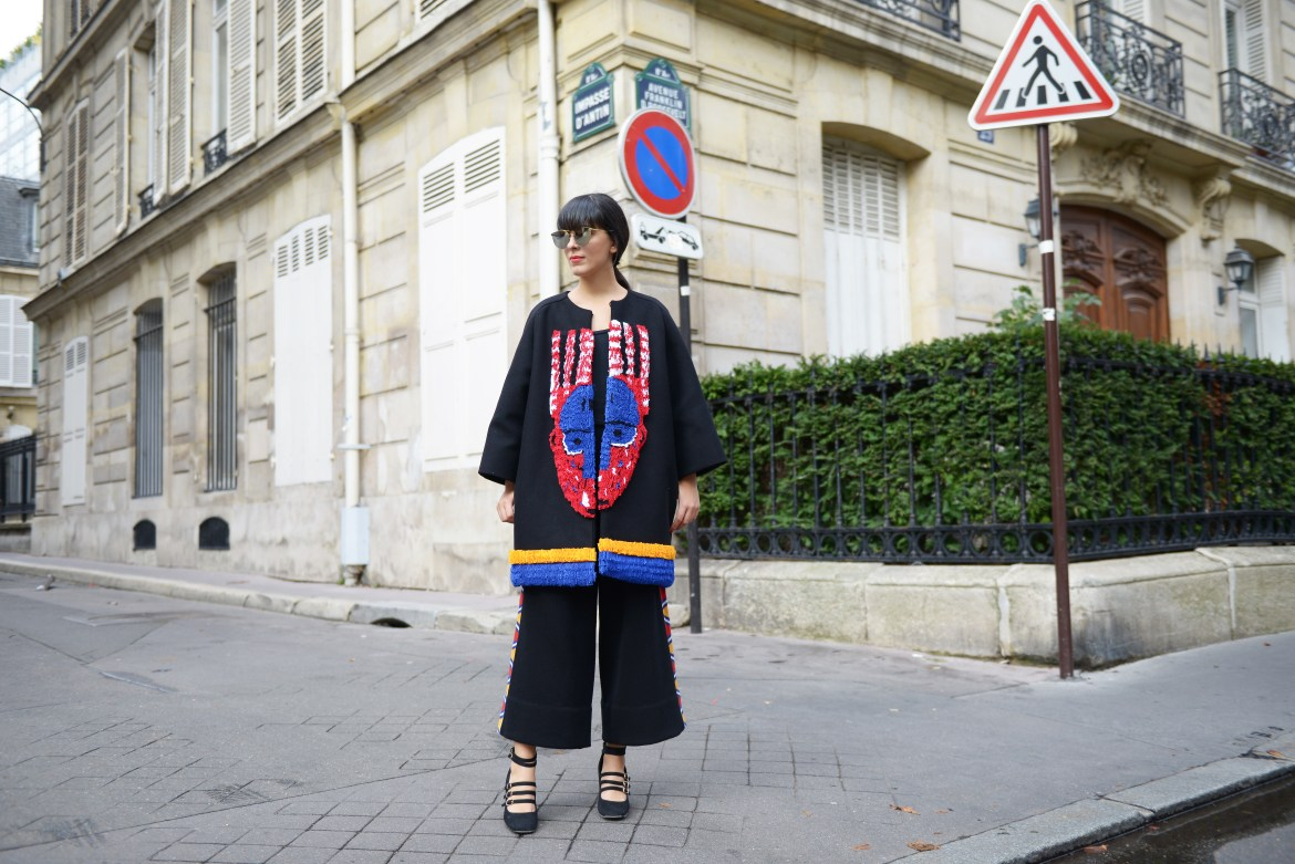 Laura Comolli streetstyle Paris Fashion Week indossa total look Stella Jean e scarpe Deichmann - Tendenza cappotti 2016: il cappotto in stile etnico