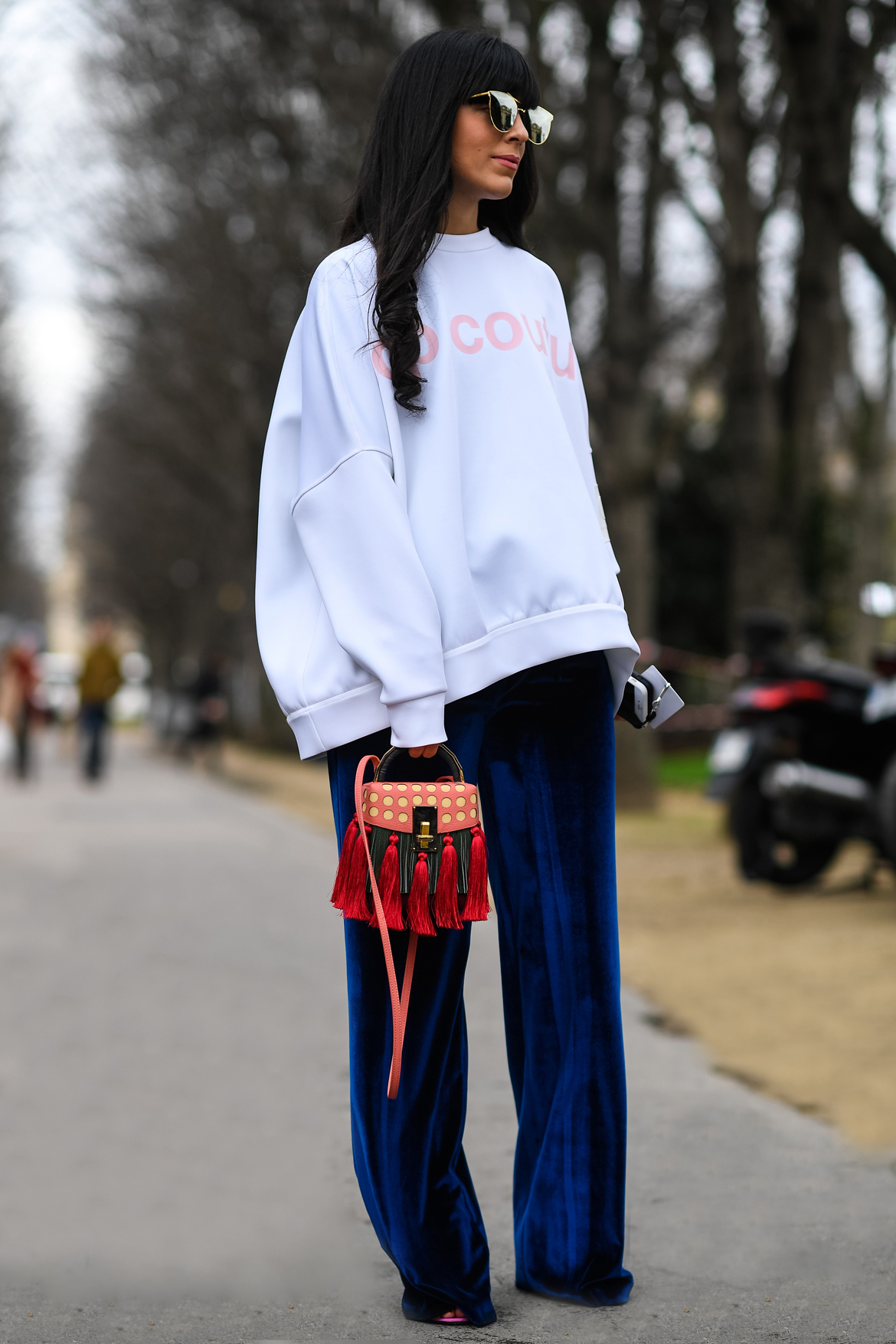Felpa oversize e stile sportivo: Tendenza moda 2017 - Laura Comolli Streetstyle Paris Fashion Week wearing Scrambled_ego sweatshirt, Compagnia Italiana velvet trousers and The Volon bag