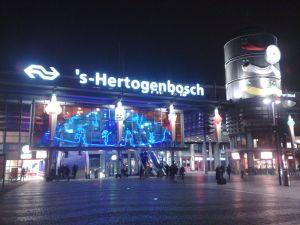 Station_of_'s-Hertogenbosch at night wikipedia.org