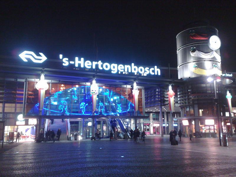 Station_of_'s-Hertogenbosch at night . Source wikipedia.org. Cerita dari s'-Hertogenbosch Belanda