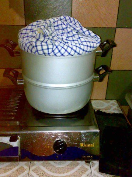 Bolu Kukus Ketan Hitam Part II. Panci pengukus lapisi kain supaya air tidak mentes, tetesan air bisa merusak permukaan kue