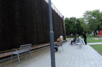 Orang-orang sedang menikmati udara Gradierwerk