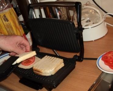Segera taruh keju diatas roti (supaya keju agak lumer)