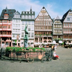 Statue in front of buildings, Romerberg Square, Frankfurt, Germany (Foto: gettyimages)