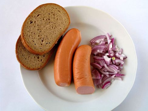 Knackwurst with bread and onions (Foto:  Kobako )