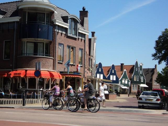 Banyak sekali yang bersepeda di Volendam Belanda