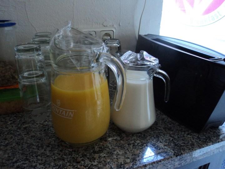 Sarapan di penginapan Belanda. Juice dan susu