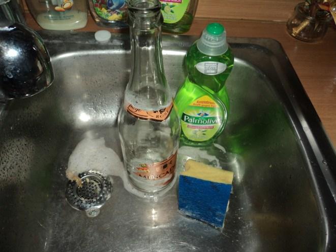 Persiapan Melepaskan Stiker Botol. Pemanfaatan Botol Wine di Kebun