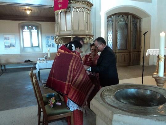 Kedua Orantua Saya Mangulosi Suami dan Saya. Mangulosi, My Parents Giving Ulos at Our Wedding Day. (Foto dok. pribadi) . Mangulosi Pada Pernikahan Batak